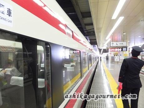 東武足利市駅のホームに到着した特急りょうもう号と車掌