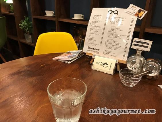 グリムカフェのテーブル席